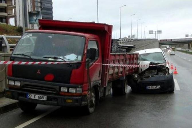 Gaziantep'te mermer yükü kamyonet ile hafif ticari araç çarpıştı: 2 yaralı