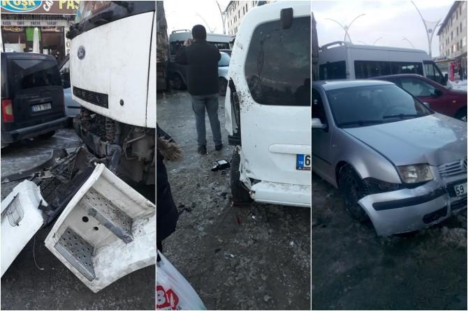 Van Çadıran'da 5 aracın karıştığı zincirleme trafik kazası