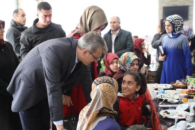 Bingöl Valisi Kadir Ekinci'den sosyal ve ekonomik destek alan çocuk ve ailelerine sıcak ilgi