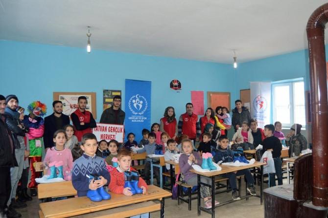 Tatvan Gençlik Merkezi, Keklikdüzü Köy okulu öğrencilerine ayakkabı dağıttı
