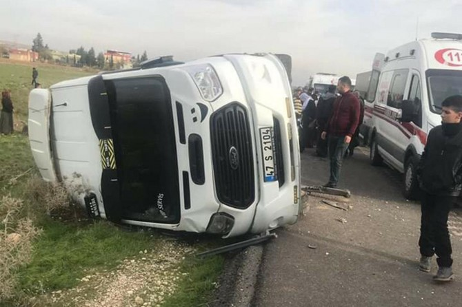 Nusaybin Kızıltepe karayolu Esentepe Mahallesi mevkiinde minibüs devrildi: 4 yaralı