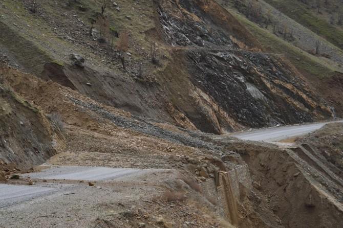 Bitlis'te heyelan nedeniyle yolları kapanan 10 köye halen ulaşılamıyor