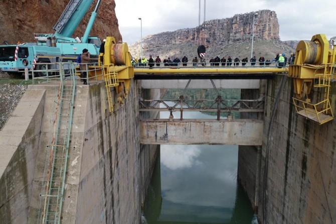Dicle Barajı'nın kapağı yerleştiriliyor