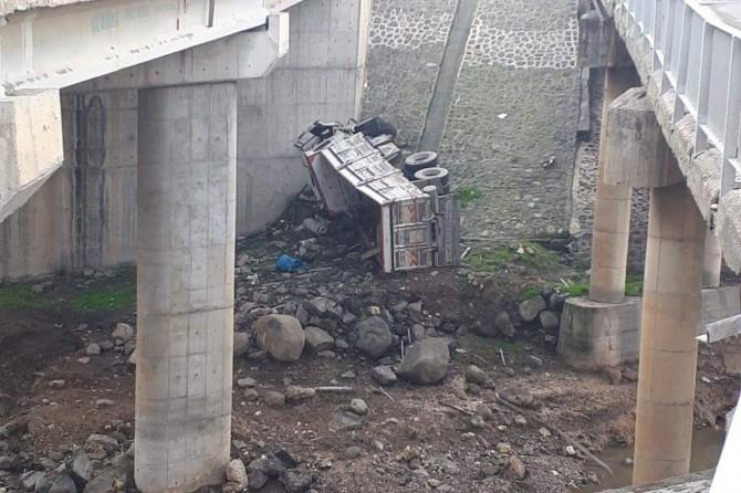 Cizre-Nusaybin karayolunda köprüden uçan kamyonun şoförü hayatını kaybetti