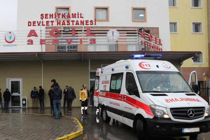 Gaziantep Nizip'te hafif ticari araç ile otomobil çarpıştı: 4 yaralı
