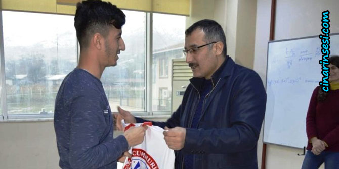 Lice Kaymakamı Abdulkadir Çelik, kitap dağıtım törenine katıldı