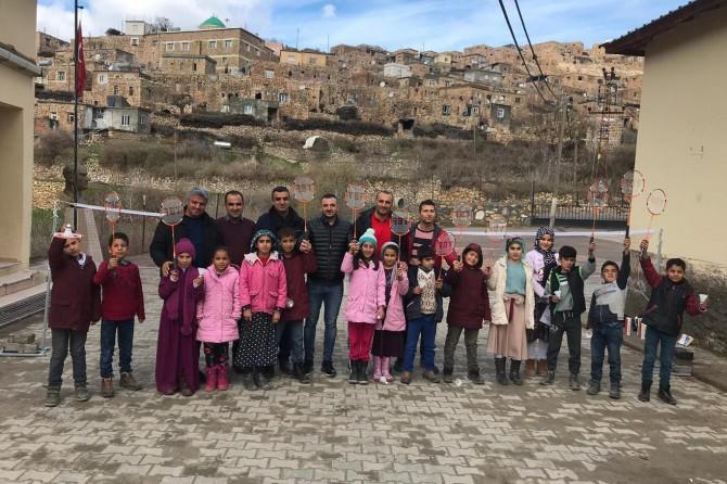 Batman Gercüş'te köy çocuklarına spor malzemesi dağıtıldı