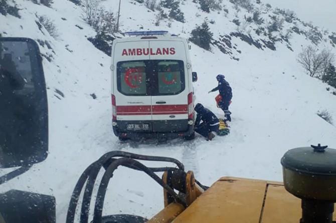 Doğum hastası kar nedeniyle yolda kaldı
