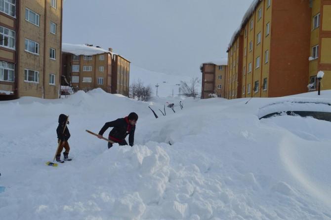 Vatandaşlar karda kaybolan araçlarını aradı