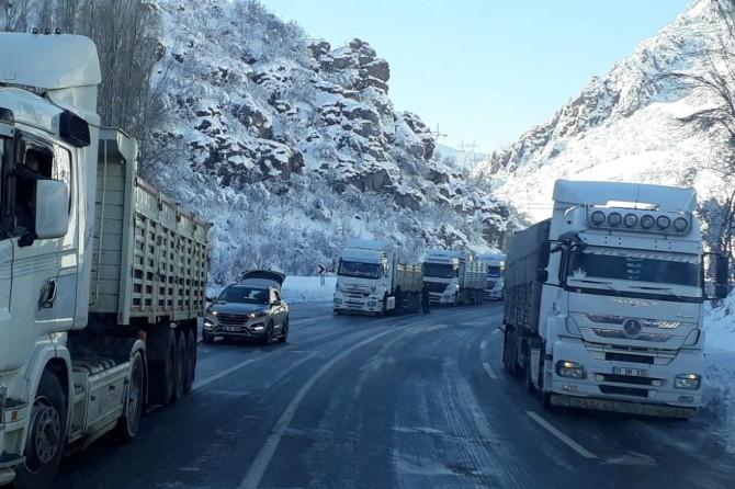 Buzlanma nedeniyle yüzlerce TIR mahsur kaldı