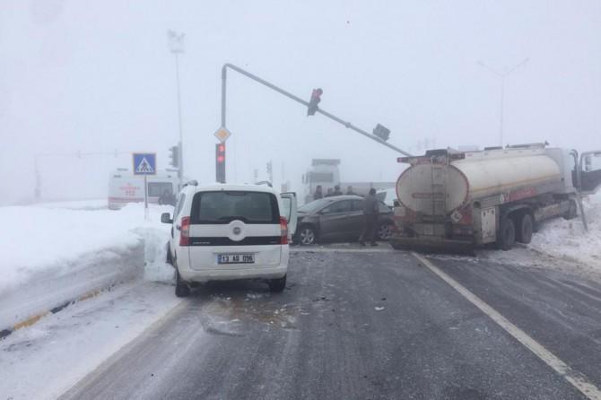 Bitlis Rahva bölgesinin üç yol mevkiinde zincirleme kaza: Biri ağır 2 yaralı