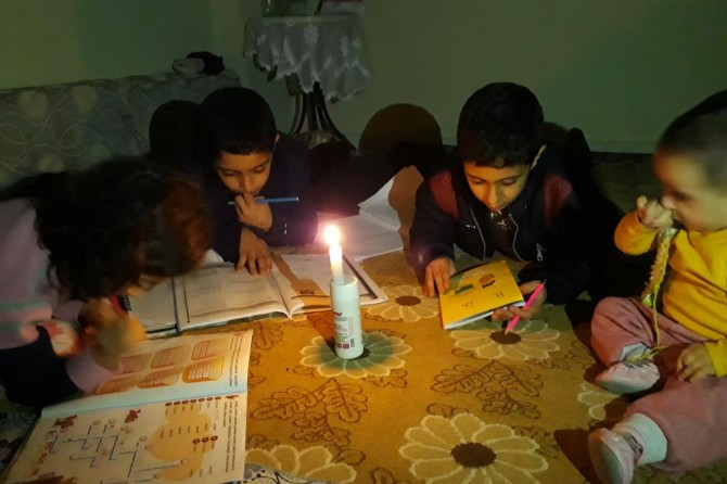Şanlıurfa'da öğrenciler 3 gündür mum ışığı altında ders çalışıyor