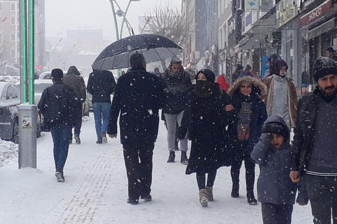Muşlular yoğun kar yağışını bereket olarak yorumluyor
