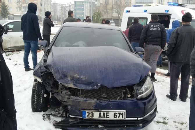 Elazığ'da otomobiller kavşakta çarpıştı: 2 yaralı