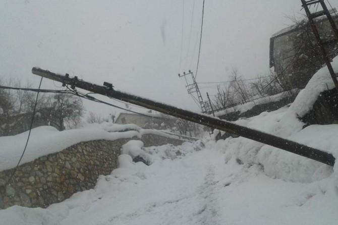 Bitlis'te kırılan telefon direği tehlike oluşturuyor