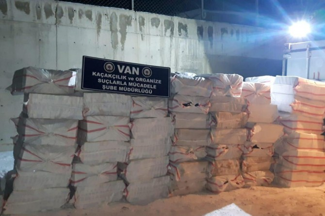 Hakkari-Van Karayolunda 175 bin paket kaçak sigara ele geçirildi
