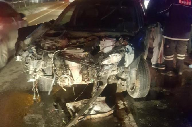 Batman'da otomobil karşı şeride geçip tankere çarptı: 3 yaralı