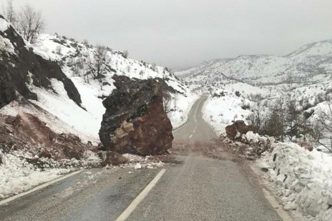 Adıyaman Çelikhan Karayolu'nda kaya parçaları yola düştü