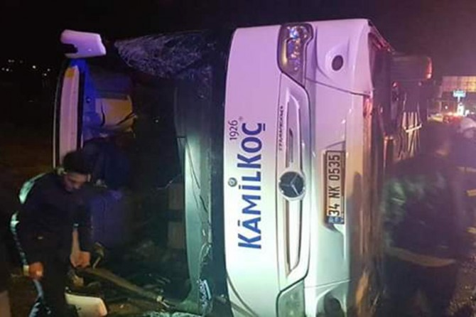 Bus overturns injured 11