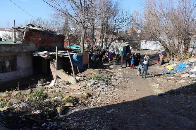Barakadan yapılma evde yaşam mücadelesi veriyorlar
