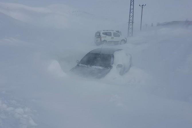 Bingöl ve Elazığ'da yüzlerce köy yolu ulaşıma kapandı