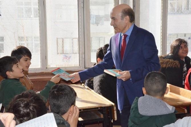 Diyarbakır'da öğrencilere karne hediyesi olarak kitap verildi