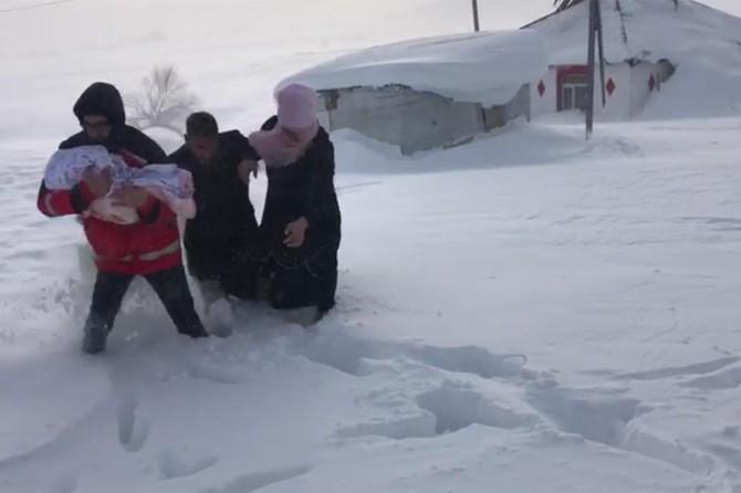 Karlıova kırsalında kar nedeniyle mahsur kalan hastalar kurtarıldı
