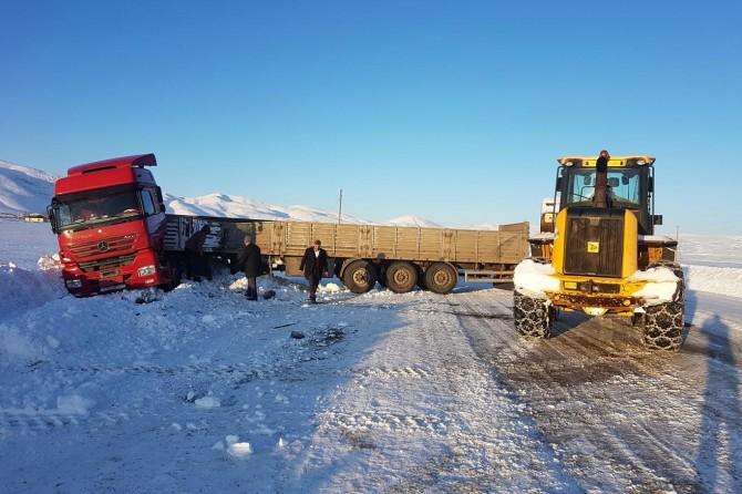 Karlıova'da TIR buzlanma nedeniyle kaza yaptı