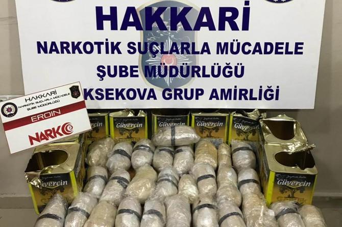 Yüksekova'da zeytin tenekelerine gizlenmiş eroin ele geçirildi