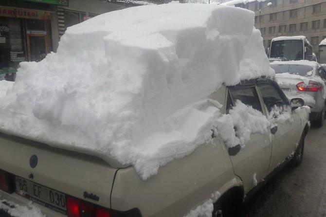 Bitlis'te üzerindeki kar kütlesiyle trafiğe çıkan araç ilgi odağı oldu