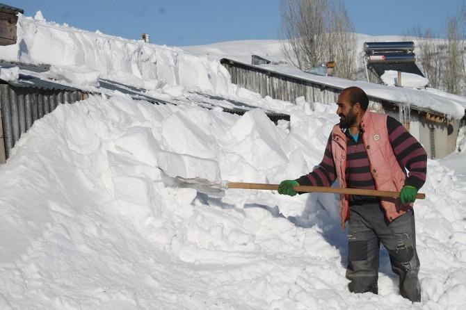 Varto'da tipi sonrası evler kar altında kaldı