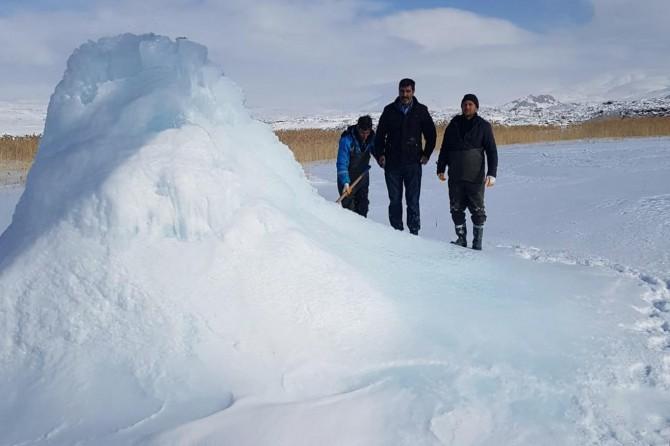 Çaldıran'da patlayan borudan çıkan su donarak buz dağına dönüştü
