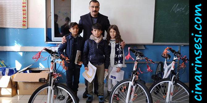 Kaymakam Çelik, okuma yarışmasında dereceye giren öğrencilere ödül verdi