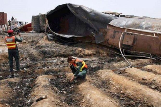 Pakistan'da yolcu otobüsü ve petrol tankeri çarpıştı: 26 ölü