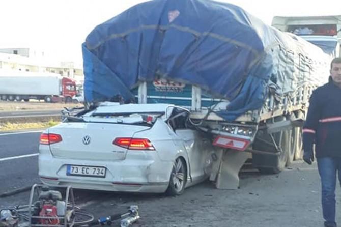 Otomobil kamyonun altına girdi: Bir ölü