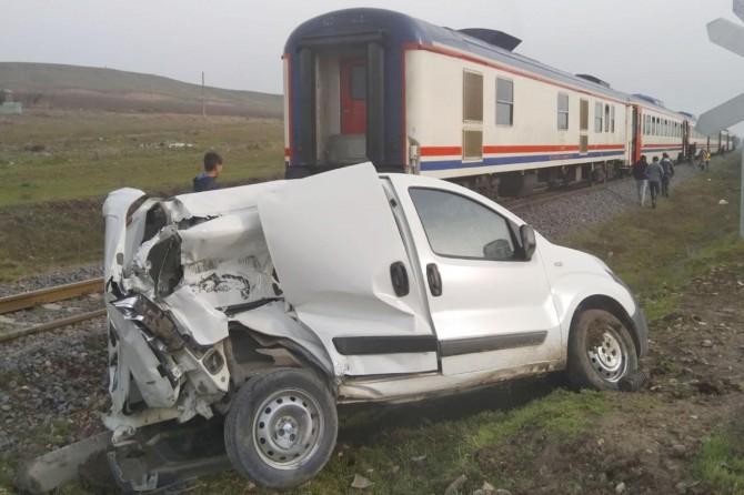 Diyarbakır'da trenin çarptığı araç kullanılamaz hale geldi