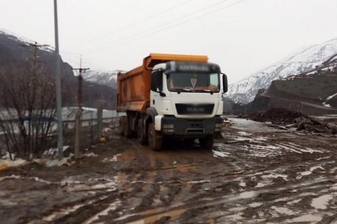Genç'te yüksek gerilim hattına kapılan şoför hayatını kaybetti