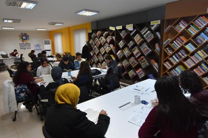 Gençlerden Mardin Artuklu'daki Bilgi Evine ilgi
