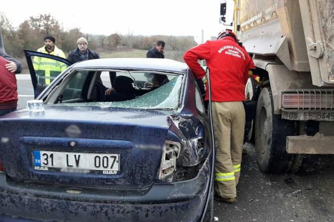 İvrindi - Edremit Karayolu'nd otomobil kamyonun altına sıkıştı: 1 yaralı