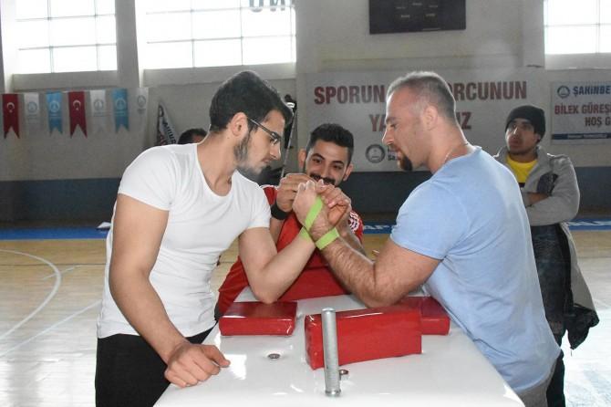 Gaziantep'te bilek güreşçileri kıyasıya mücadele etti