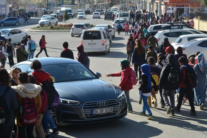 Batman'da tehlike oluşturan Gap Ortaokulunun yolunun trafiğe kapatılmasını istiyorlar