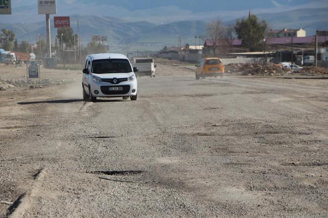 Şoförler İpekyol'undaki çukurlara tepki gösterdi