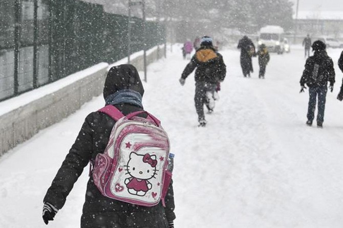 Hakkari'de kar nedeniyle eğitime bir gün ara