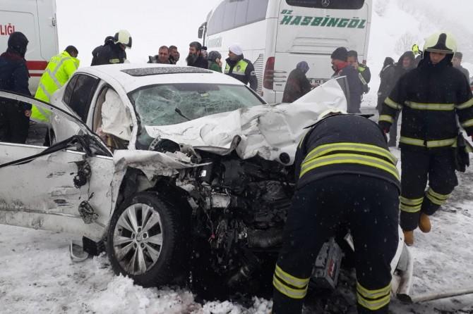 Bingöl'de otomobil otobüse çarptı: 1 ölü 10 yaralı