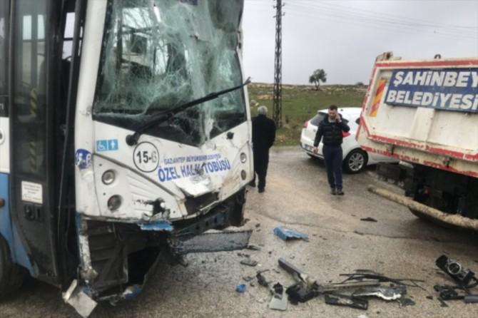 Gaziantep'te halk otobüsü ile kamyon çarpıştı: 3'ü çocuk 5 yaralı