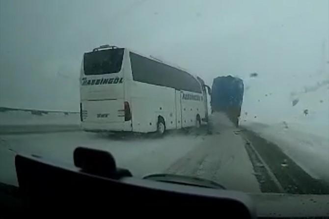 Otobüs ile otomobilin çarpışma anı kameraya yansıdı