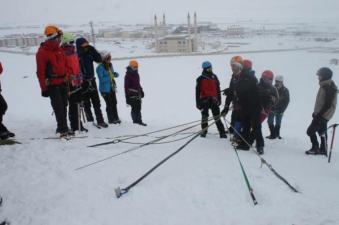 Zorlu kış şartlarında dağcılık eğitimi