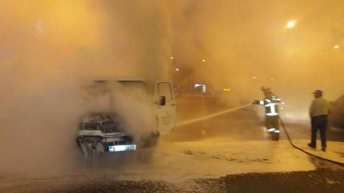 Burhaniye'de park halindeki araç alev aldı
