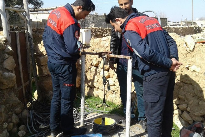 Akçakale'de 100 metre derinliğindeki kuyuya düşen oğlak kurtarıldı