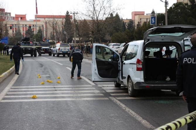 Mardin'de kırmızı ışıkta silahlı saldırı: 1 ölü 3 yaralı